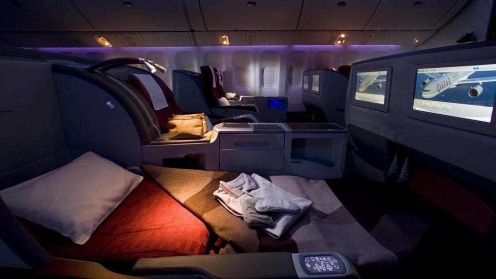 ліжко з ковдрою на літаку
