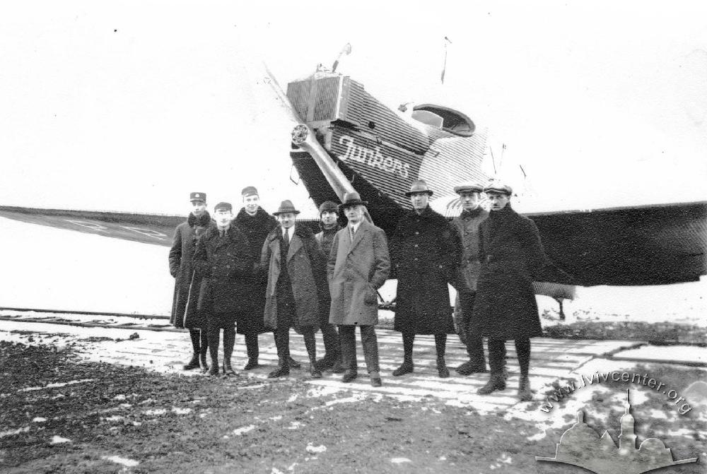 На фото перші пасажири цього аеропорту.